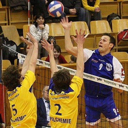 Kladenská hra je v sezoně jinačí – tým po letech nehraje na klasického univerzála. Jeho úlohu plní Miloslav Marel, jenž tady útočí proti ústeckým blokům.