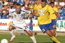 ZKUŠENOSTI z více než 150 prvoligových zápasů bude dnes dvaačtyřicetiletý Radek Šelicha předávat prvnímu mužstvu Vojkovic. Ve středočeském fotbale působil donedávna jako hráč v nedalekých Klíčanech.