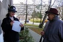 Letáky varující před kriminálníky vylepili policisté v místech, kde žije mnoho kladenských seniorů.