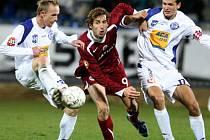 Bývalý hráč SK Kladno Radek Šelicha (vlevo) – na snímku bojuje se sparťanem Doškem, se jako letní posila Velvarům určitě vyplatil. Mimo jiné nastřílel šest branek.