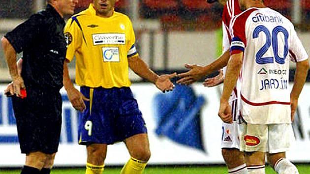 Rozhodčí Jiří Adam (vlevo).