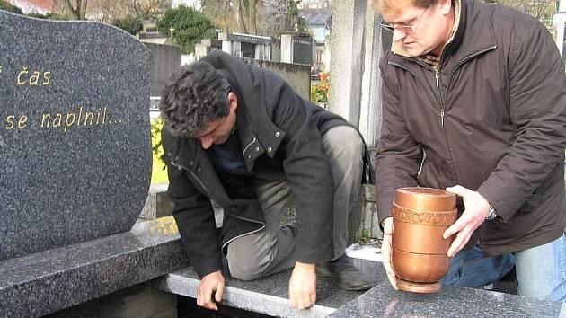 Město Kladno  nechalo z rozpočtu vybudovat v pořadí již třetí společnou hrobku. Do ní se vejde na 360 uren.