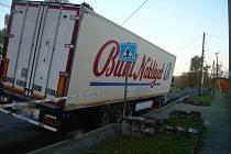 Neukázněný řidič kamionu vjel v noci do malého Přítočna i přes zákaz. A takový je výsledek.