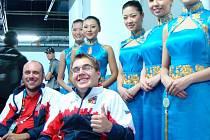 Radek Procházka (se zdviženým palcem) se dostal na vozík poté, co ho srazil před šestnácti roky opilý řidič. Při následné rehabilitaci v léčebně v Luži začal sportovat a v současnosti je ostříleným českým reprezentantem a držitelem paralympijské medaile.