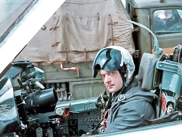 Rostislav Sáček v kokpitu. Za svůj život odstartoval k nebi s celou řadou typů vojenských i civilních letadel