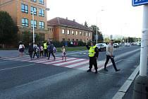 Strážníci dohlížejí na bezpečí školáků.