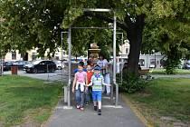 Lidé u mlžítka ve Slaném.