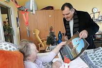 Starosta Slaného společně s vedoucí sociálního odboru obdarovali desítky seniorů.