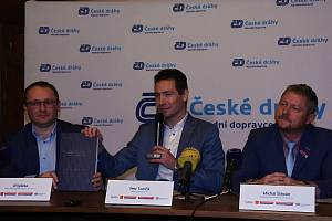 Na snímku zleva: ředitel odboru regionální dopravy ČD Jiří Ješeta, ředitel ROPID Petr Tomčík a ředitel IDSK Michal Štěpán.