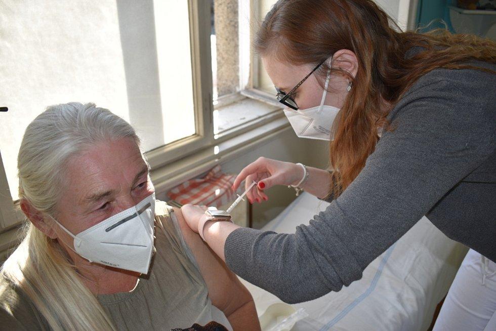 Praktický lékař a geriatr Ľubomír Dulka získal jako první očkovací vakcíny přímo do své zlonické ordinace.