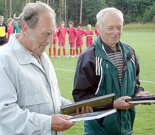 Pamětní  předměty  převzali před začátkem žákovského turnaje tahouni zichoveckého fotbalu Václav Baňka a Stanislav Martinovský.
