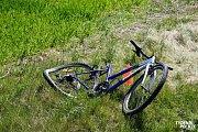 Cyklistka utrpěla po střetu s motorkářem vážná zranění.