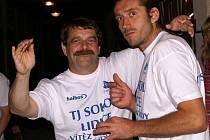 Vasil Stach (vlevo) s brankářem Jindřichem Kohoutem.