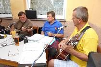 H-band muzicíroval v restauraci Pod Lipami v Hrdlívě.