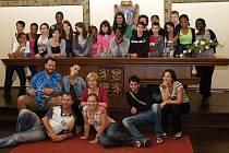Mladí Francouzi z partnerského města Vitry sur Seine si ve čtvrtek prohlédli i obřadní síň kladenské radnice.