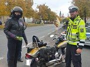 Každý zkontrolovaný motorkář obdržel drobný dárek.