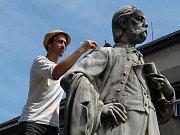Restaurátoři vrátí sochám slavných skladatelů původní vzhled.