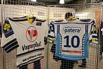"""Fotografové Josef Poláček a Tomáš """"Beny"""" Kostečka vystavují své hokejové snímky v kladenském nákupním centru."""