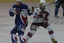 Radko Gudas (vpravo) se poprvé v sezoně dostane do sestavy Kladna.
