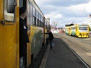 Pro cestující na trati mazi Kladnem a Prahou nastane stejná situace jako vloni. Vystoupí na provizorní zastávce v Gymnasijní ulici a odtud se vydají pěšky na městskou hromadnou dopravu.