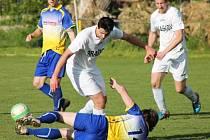 Unhošť (ve žlutomodrém) sehrála proti Braškovu zatím nejsnadnější derby, porazila ho vysoko 4:0.