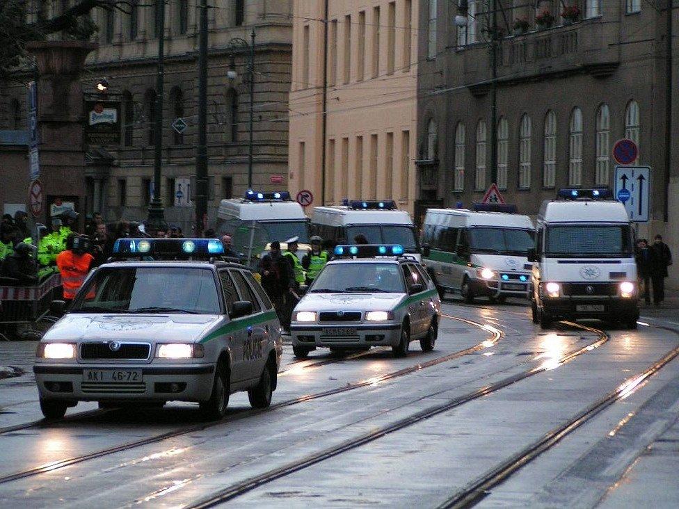 Policie včera měla v pražských ulicích plné ruce i nohy práce.