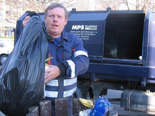Některé odpadkové koše by mohl Luboš Lesák vyvážet dvakrát či třikrát denně.