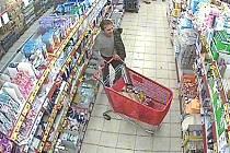Bezpečnostní kamery zachytily výtečníka při nakupování v obchodním domě ve Vítězné ulici v Kladně-Rozdělově.