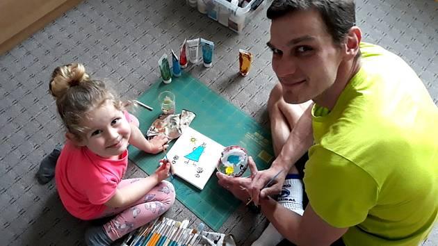 Kladenský volejbalista Tomáš Hýský je také zdatným malířem. S dcerou Terezkou rozjeli projekt pro ostatní děti, které mu mohou posílat obrázky.