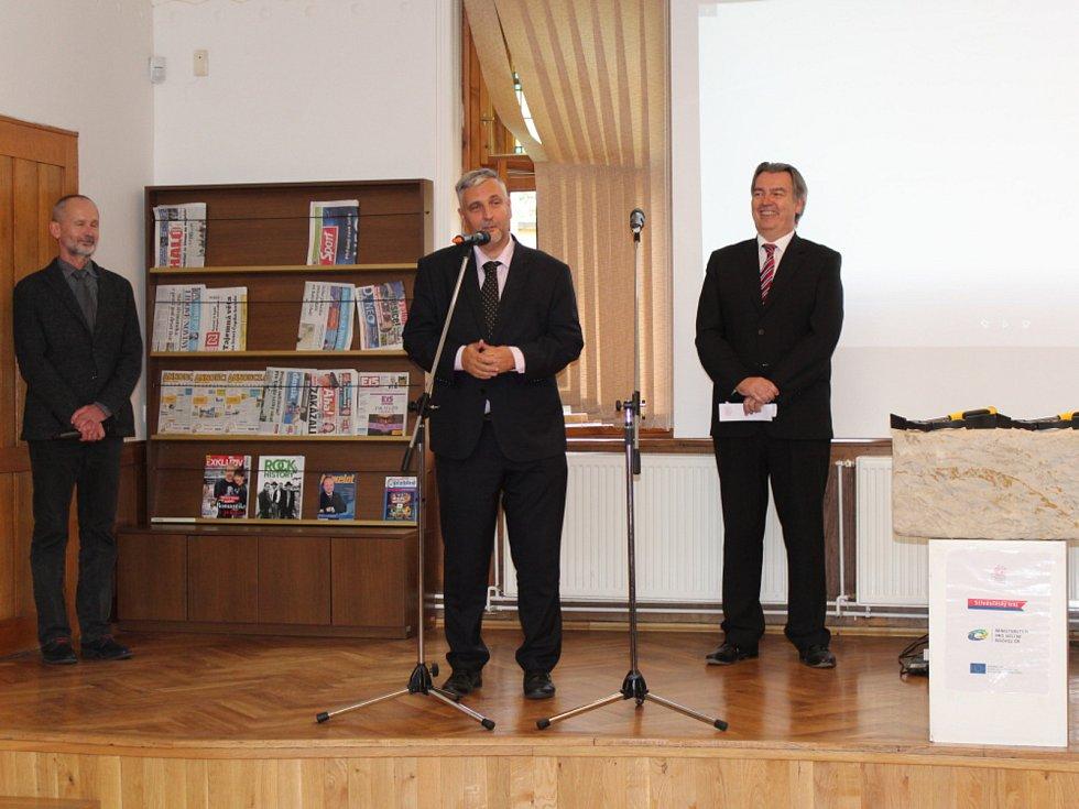 Slavnostní zahájení stavby a poklepání na základní kámen centrálního depozitáře Středočeské vědecké knihovny v Kladně.