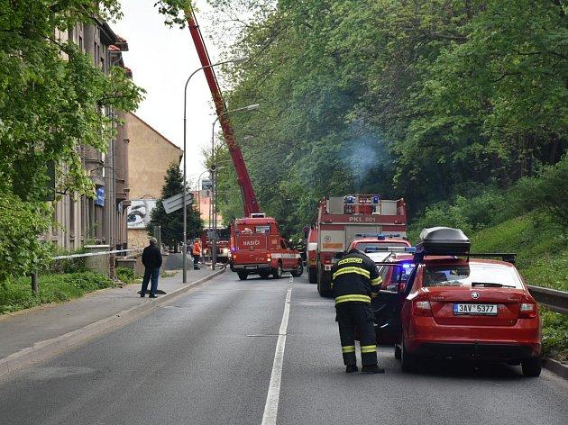 Na místo se sjelo osm cisternových automobilových stříkaček plus výškový a další technika.