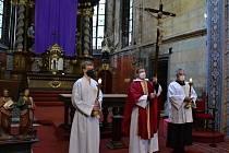 Věřící ve Slaném si připomněli na Velký pátek utrpění Ježíše Krista.