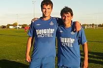 Michal Sterzl (vlevo) i David Chaloupka si zahráli i novozélandskou II. ligu, teď válí za Lhotu