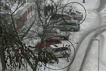 Strážníci si podle čtenáře dali sraz v ulici Jaroslava Foglara. Můžete vidět jak samotné zaparkované služební vozy, tak městské policisty. Řidiče zde prý často pokutují za špatné parkování. Sami by ale zřejmě dostali pokutu také.