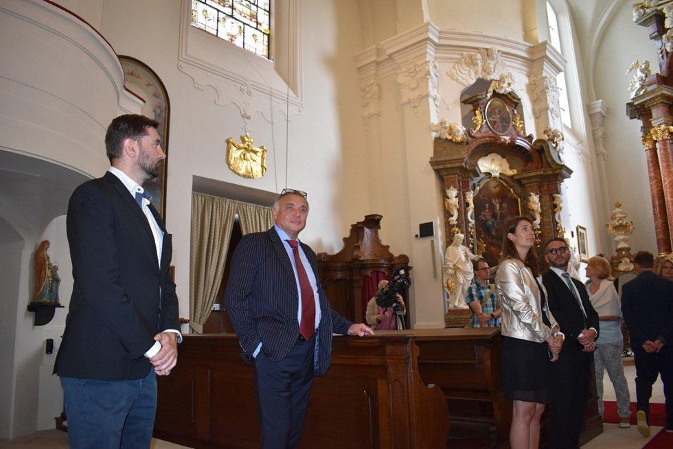 Kostel Nejsvětějšího jména Ježíš, součást zámku Lány.