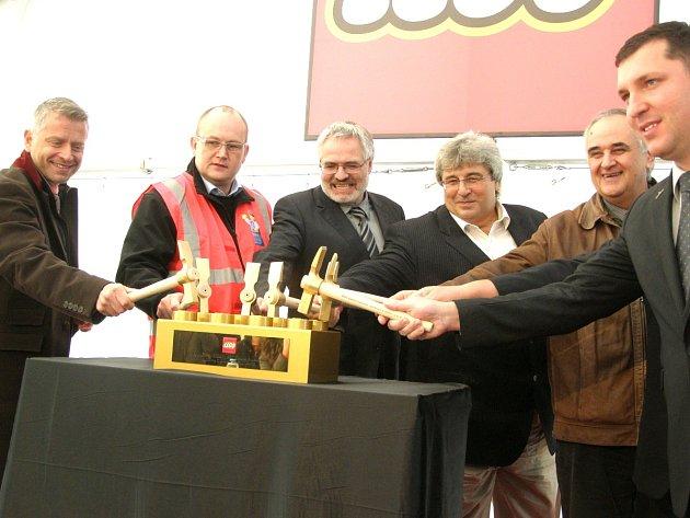 PREZIDENT KLADENSKÉ TOVÁRNY CARSTE RASMUSSEN (v oranžové vestě), středočeský hejtman Josef Řihák (v bílé košili), primátor Kladna Dan Jiránek (třetí zleva) a další poklepali na základní kostičku nových hal společnosti Lego v Kladně.