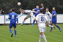 Louny (v modrém) - Kladno 3:6. Hlavičkující Tadeáš Pospíšil dal první gól hostů.