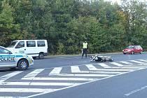 Nehoda motocyklu na silnici z Kladna do Buštěhradu. Řidič fordu, který srážku způsobil, z místa ujel.