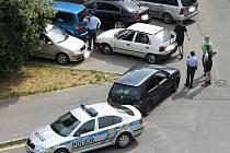 MAJITELÉ prakem postřílených aut sčítají s policisty na sídlišti ve Vikově ulici ve Slaném škody.