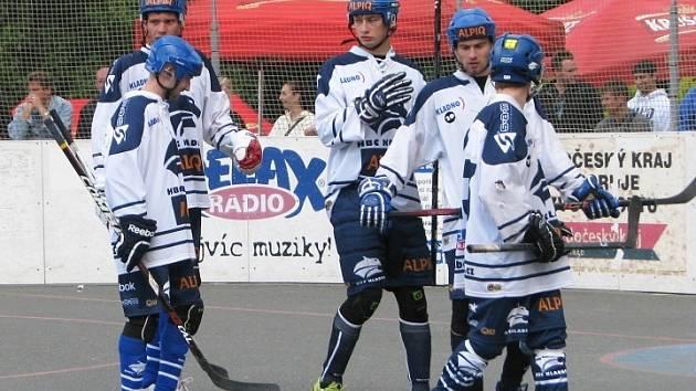 Kladenský Alpiq (v bílém) dělal svým šéfům na turnaji v Novém Strašecí jenom radost. V tomhle duelu sice podlehl Ústí nad Labem, ale skončil třetí a hrál výborně.