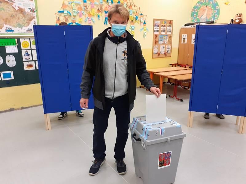 Voliči v kladenské základní škole v Doberské ulici.