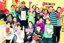 Děti z 5.A Třetí základní školy v Rabasově ulici ve Slaném s valentýnskými přáníčky