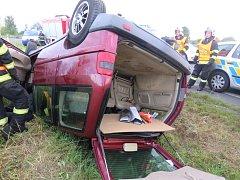 HAVAROVANÉ vozidlo skončilo po nárazu na střeše.