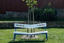Sklon dvou částí lavičky vyzývá k družení.