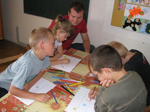 Jednodenní pobytové aktivity v kladenském Labyrintu navštěvují každoročně o prázdninách desítky dětí. Pod vedením Zdeňky Kratochvílové, Davida Netušila a Martiny Landové si děti užívají hry i výtvarné činnosti.