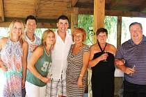 Rodina Kaberlových: Zprava táta František, jeho žena Ludmila, její sestra Marcela, Tomáš s manželkou Julií a František mladší s manželkou Kateřinou.