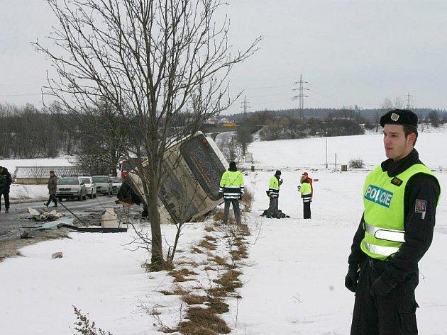 Tragická nehoda autobusu s kamionem zablokovala v pátek 4. února silnici mezi Tuchlovicemi a Kamennými Žehrovicemi nejméně na 4 hodiny. Při nehodě byl usmrcen cestující z autobusu (1968), oba řidiči byli zraněni. Celkem bylo asi deset osob.