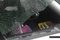 Vandalové poničili auta v ulici Jaroslava Foglara a u nádraží v Dubí.