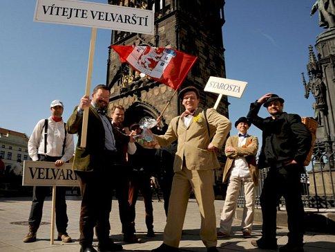 Velvarští Natvrdlí při své pouti s vařenými vejci pro Karlův most.