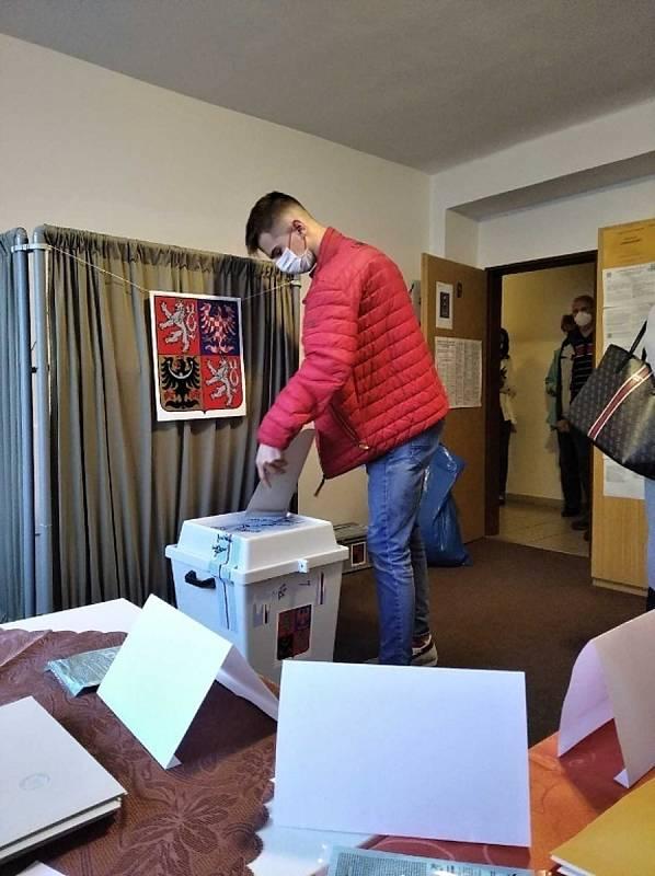 Volby ve Slaném, okrsek v Tomanově ulici - v pátek 8. října hodinu po otevření místností.